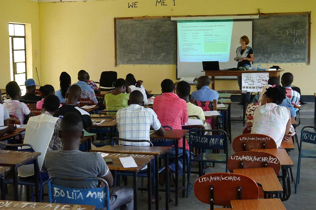 Animals' Angels gibt Tierschutz-Unterricht an einem College für Landwirtschaft in Tansania