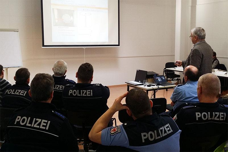 Dr. Alexander Rabitsch schult im Auftrag von Animals' Angels Polizisten in Deutschland