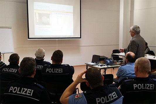 Polizisten bei einer Polizeischulung von Animals' Angels