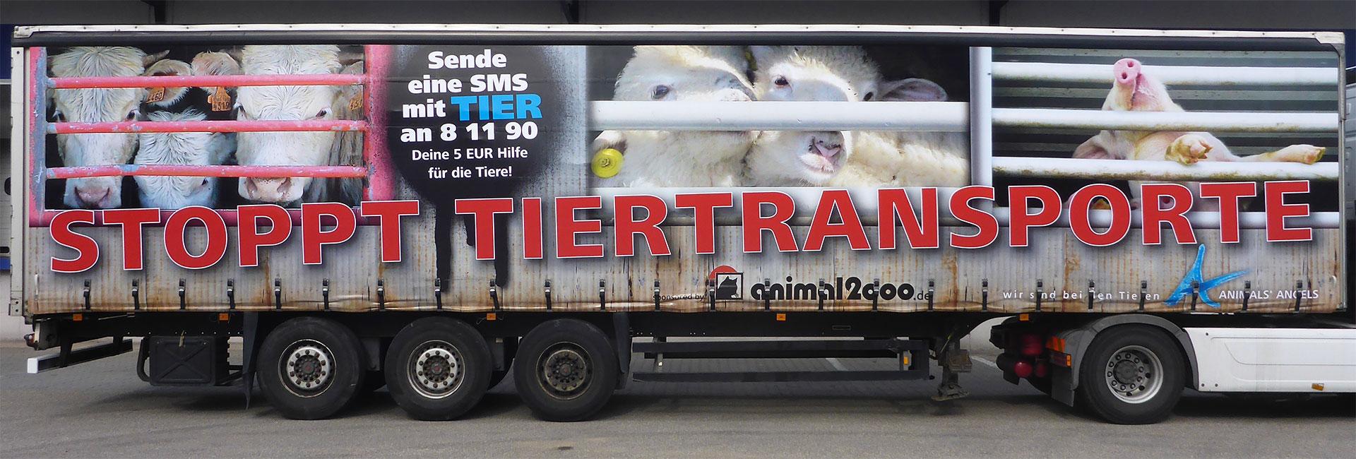LKW-Plane mit Aufschrift Stoppt Tiertransporte