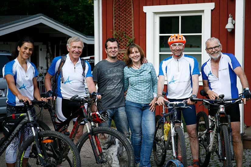 Radler/-innen der Spendenradtour Nordwärts mit Gastgebern in Hamburg