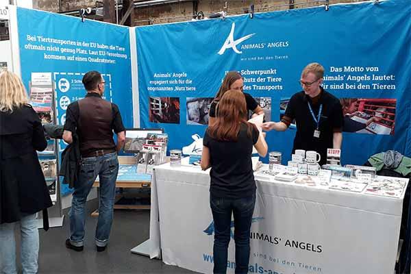 Der Infostand von Animals' Angels auf der VeggieWorld in Düsseldorf