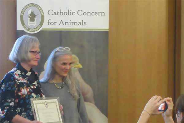 [Translate to englisch:] Christa Blanke erhält den St. Francis Award