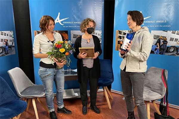 Dr. Madeleine Martin erhält von Animals' Angels den Julia Award 2021