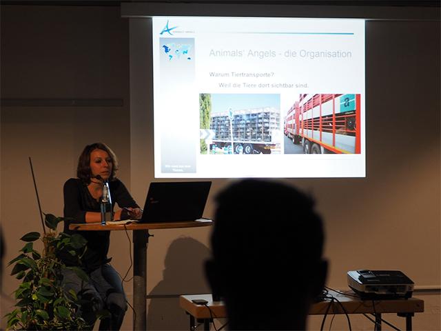 """Animals' Angels Projektleiterin Sophie auf der Vortragsreihe """"Umwelt"""" in Münster."""