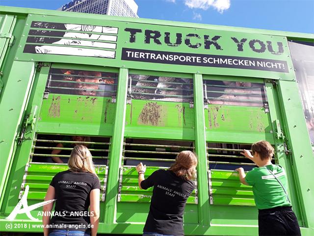 Umgebauter Tiertransporter, Truck You Kampagne in Berlin